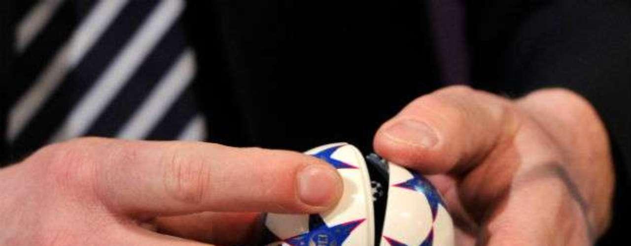 Una 'mano santa' en el momento de abrir la pelotita que contendría el nombre del Real Madrid.