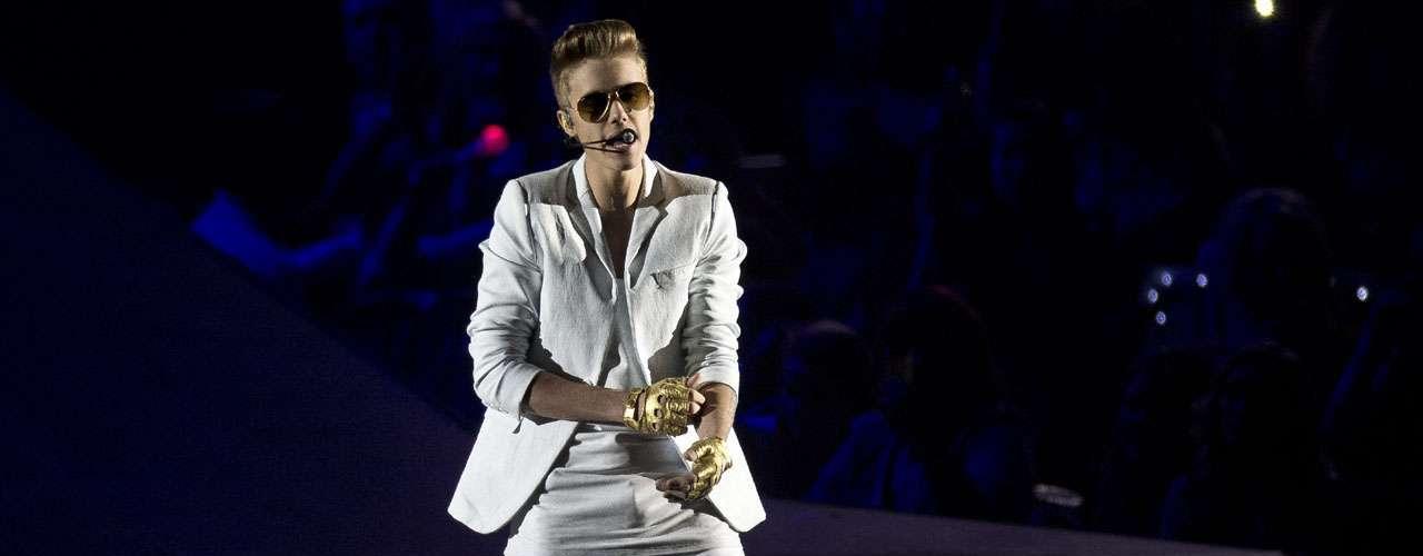 Hace días Justin Bieber hizo enojar a sus fans en Londres por llegar tarde a su concierto en la capital británica. El cantante tuvo que pedir perdón por retrasarse 40 minutos en el show que daría en la 02 Arena, argumentando que no había excusa para su error.