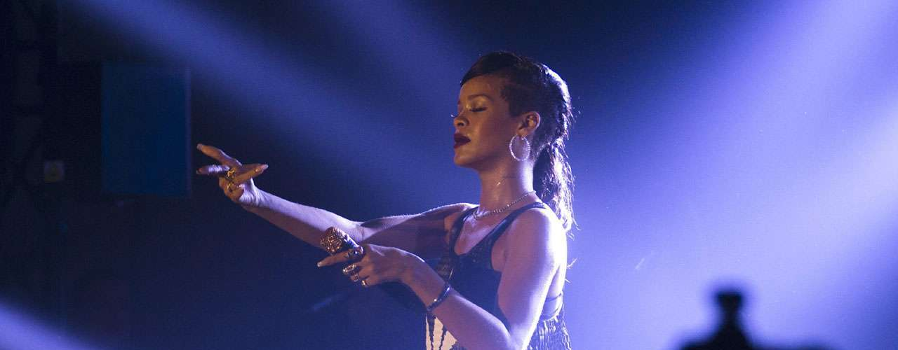 Durante su gira exprés, '777', que consistía en ofrecer siete conciertos en siete países distintos,Rihanna no pudo controlar llegar a tiempo a sus conciertos. Incluso la cantante se ganó una multa porque su avión siempre despegaba después del horario establecido.
