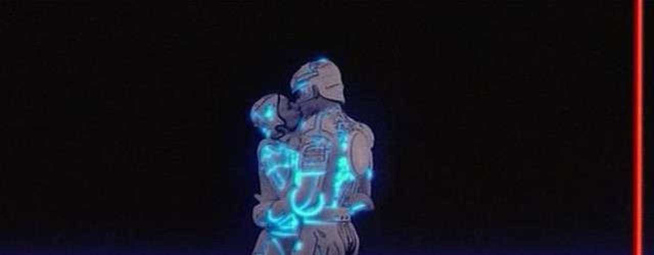 Tecnológico: En la cinta 'Tron' de 1982 hombre y computador se unen en un apasionado beso. Esta situación se da entre Kevin Flynn (Jeff Bridges) y Yori (Cindy Morgan), un programa tecnológico con forma de mujer.