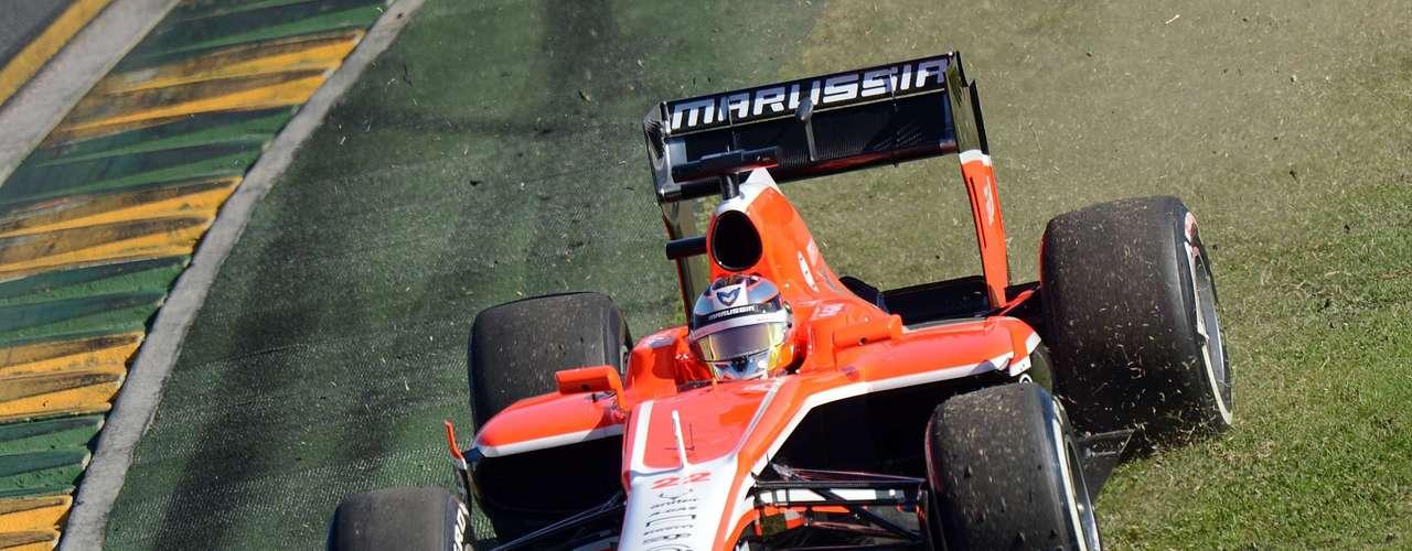 Jules Bianchi intenta afirmar el inestable auto de Marussia.