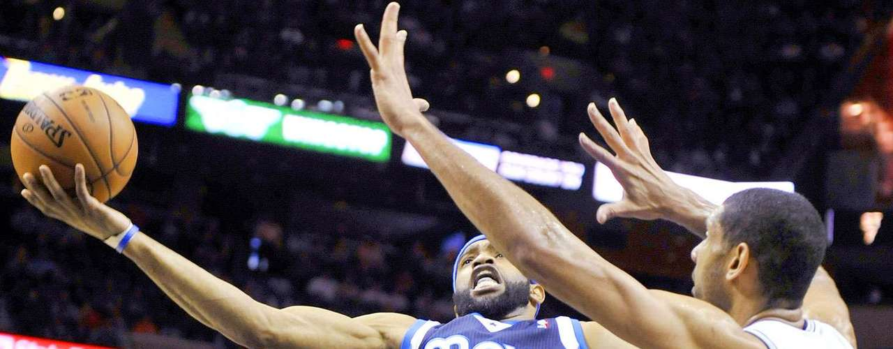 Mavericks vs. Spurs:Vince Carter (25) lanza un disparo a la canasta ante la marca de Tim Duncan.