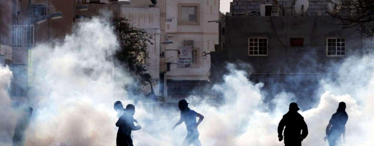 La policía de los Emiratos Árabes Unidos dispersó con violencia el sábado una manifestación de centenas de personas en la Plaza de la Perla, en la capital, Manama, en protesta por la realización del GP de Fórmula 1.
