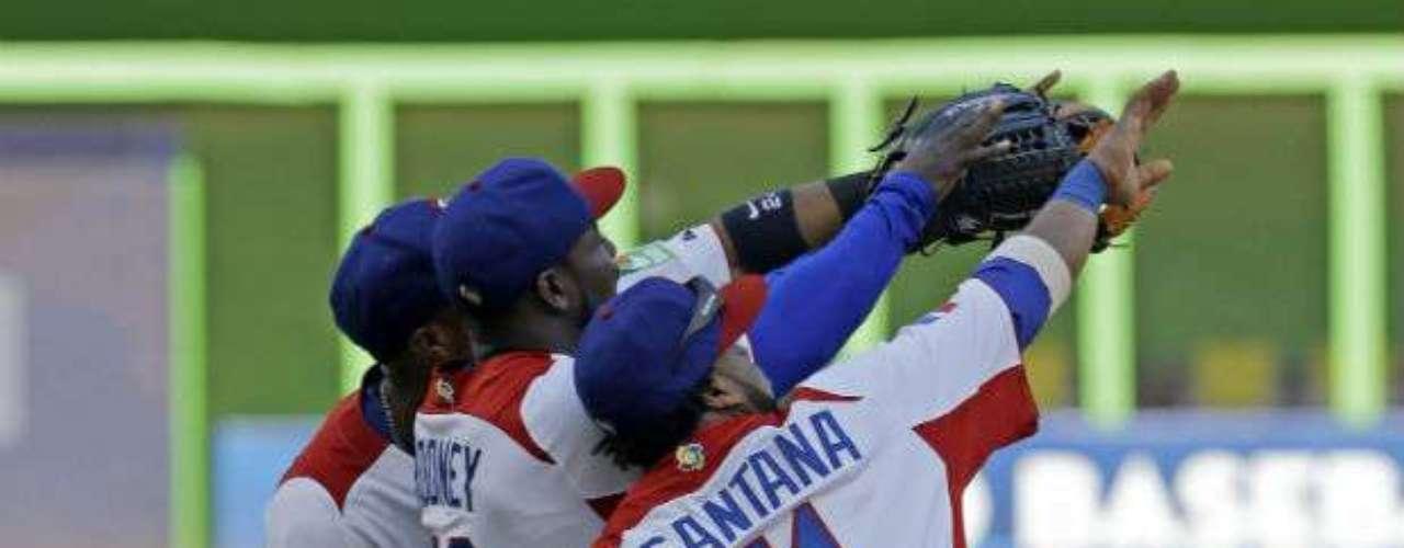República Dominicana venció el sábado 2-0 a Puerto Rico y tendrá su revancha con Holanda en las semifinales del Clásico Mundial de Béisbol.