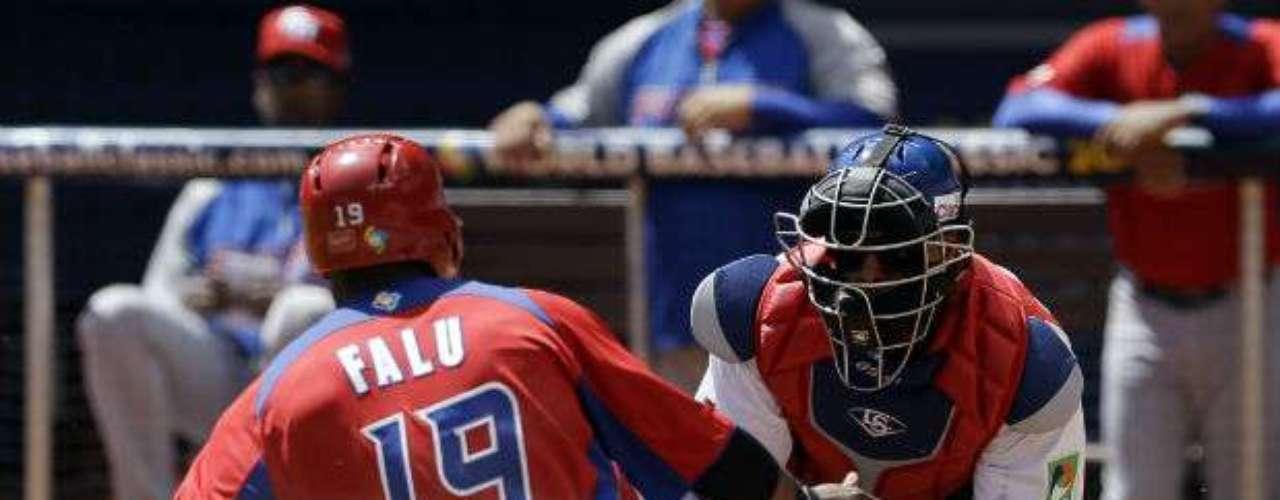 Fernando Rodney trabajó la novena y sumó su quinto rescate. El taponero de los Rays de Tampa Bay ha pitcheado en los seis partidos de Dominicana.