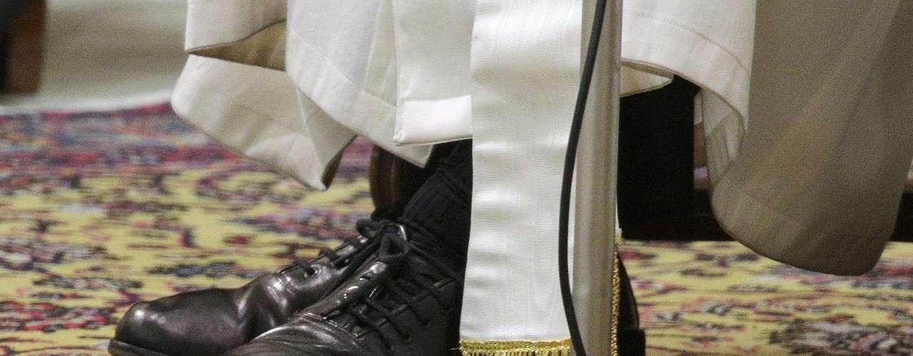 Estos son los zapatos que el papa Francisco llevó a la audiencia con los periodistas