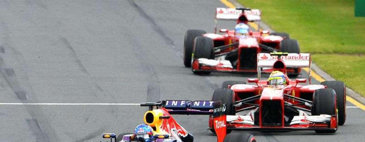 Vettel comanda el Gran Premio mientras los dos Ferrari buscan rebasar al tricampeón de la categoría.