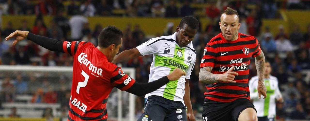 Razo y Vuoso le hacen doble marca a Carlos Darwin Quintero, quien al final del partido se convirtió en el héroe de los Guerreros al marcar el gol de la voltereta para Santos Laguna.