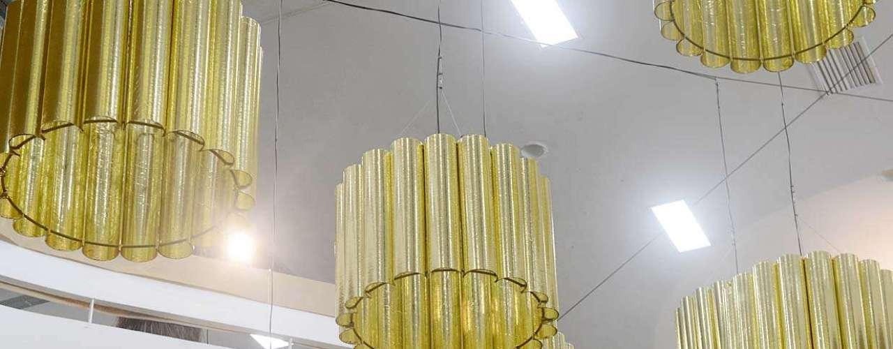 Las lámparas acompañan el concepto veraniego y ganan tonalidades doradas para hacer juego con las paredes.