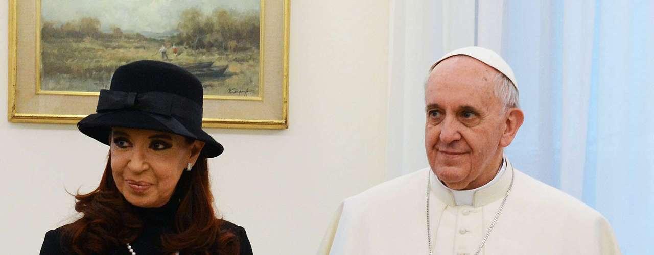 La presidenta Cristina Fernández se reunió esta mañana con el Papa Francisco en el Vaticano. La mandataria le regaló un equipo completo de mate, mientras que el Sumo Pontífice le devolvió la gentileza obsequiándole un libro. Saliendo del protocolo, se dieron un beso antes de ir a un almuerzo privado