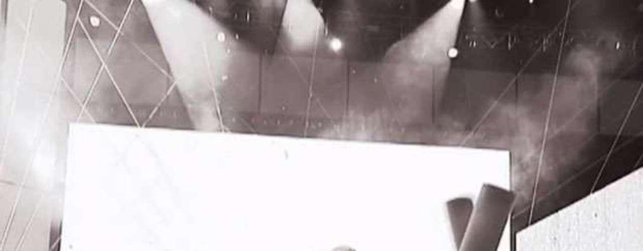 En una de las escenas del clip,son expuestos los candentes besos y abrazos que se dieron Xtina y Pitbull sobre la tarima de los American Music Awards 2012.