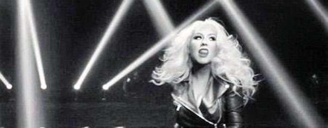 Vestida con un ajustado traje de color negro, la cantante estadounidense no duda en sacar todo el sex-appeal que tiene para dar.