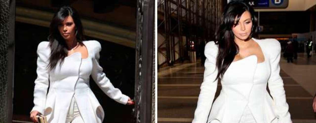 Con este elegante traje blanco, Kim no sólo luce impactante sino que también se destaca su exquisito gusto con esta chaqueta asimétrica le da un toque muy chic a su look de embarazada