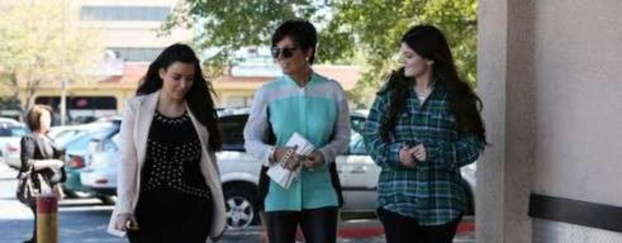 Después de un almuerzo con Kris, (su madre) y con Kylie, (su hermana) usando un vestido salpicado de Kollection Kardashian