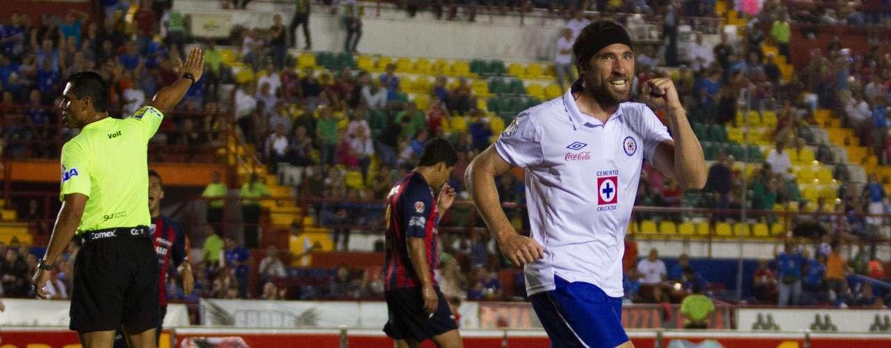 El héroe:No importa la manera, lo rescatable fue el doblete con el que Mariano Pavone encaminó a Cruz Azul a una goleada 3-0 sobre Atlante, para romper la mala racha celeste.