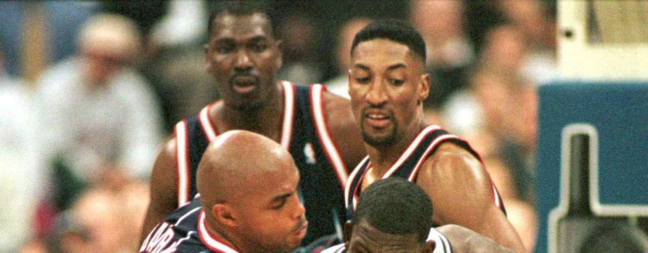 """Barkley y Scottie: En 1999, Scottie Pippen, de Chicago Bulls, estaba negociado a los Rockets de Houston, donde se suponía que debía hacer equipo con Charles Barkley y Olajuwon Hakeem y ganar otro título de la NBA. Pero en medio de una temporada inconexa, Pippen llamó """"gordo"""" Barkley y """"egoísta"""", y le dijo que su ex compañero de equipo Michael Jordan le había dicho que Barkley carecía de la dedicación para ganar un campeonato. Por ese arrebato Pippen fue traspasado a Portland tres días después."""