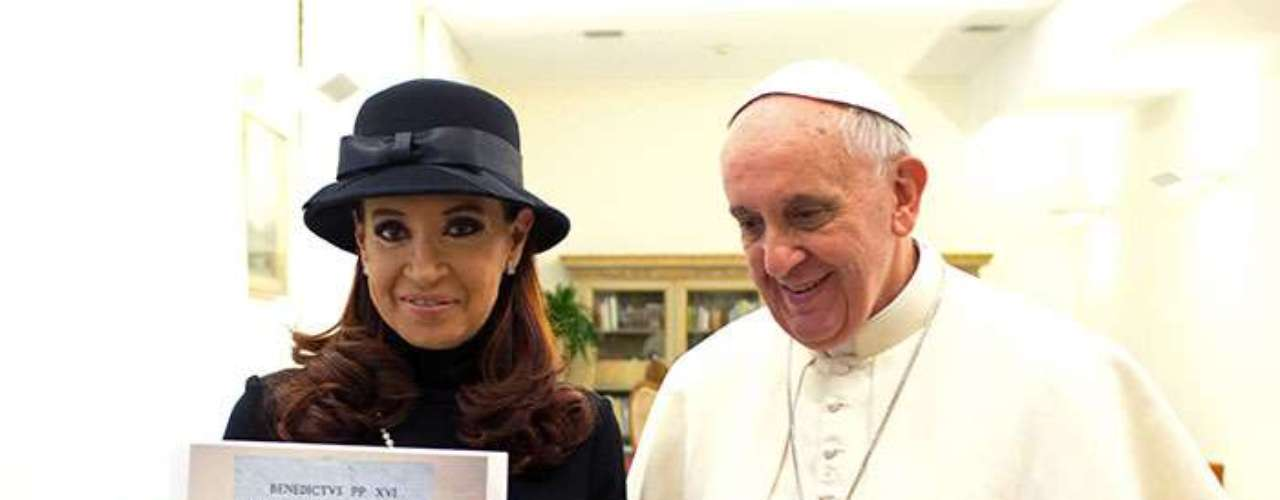 Una de las primeras en llegar a Roma fue la presidenta argentina Cristina Kirchner, jefa de Estado del país de origen del hasta ahora arzobispo de Buenos Aires, Jorge Bergoglio, y la primera en ser recibida por el primer pontífice latinoamericano.