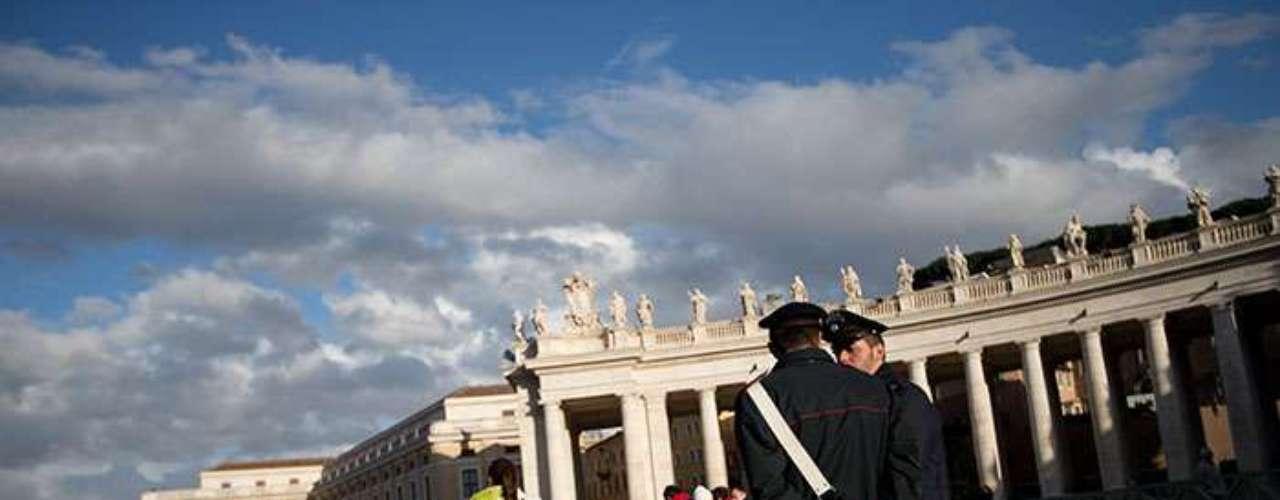 Las autoridades prepararon un importante dispositivo de seguridad, similar al de los funerales de Juan Pablo II en 2005, para velar sobre los fieles, turistas y curiosos, así como las 132 delegaciones oficiales, entre las que destaca una gran representación latinoamericana.