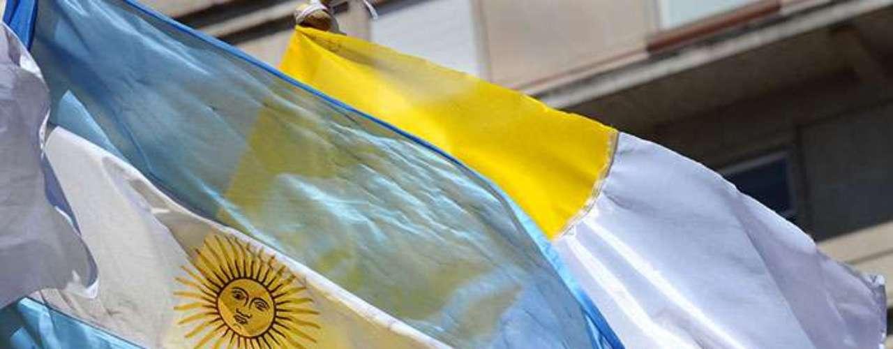 Sin embargo, a juzgar por el ángelus del domingo, numerosos argentinos se encuentran ya en la capital italiana para expresar su afecto al pontífice \