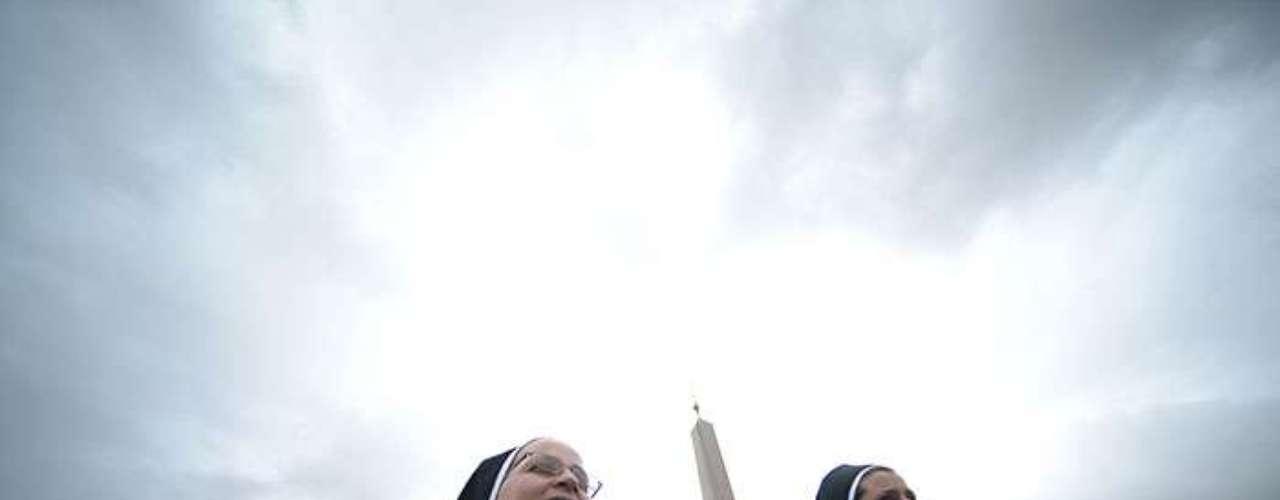 Durantela misa de inauguración el nuevo Papa recibió el palio (estola) y el anillo de Pescador (que eligió de plata) propios del ministerio petrino.