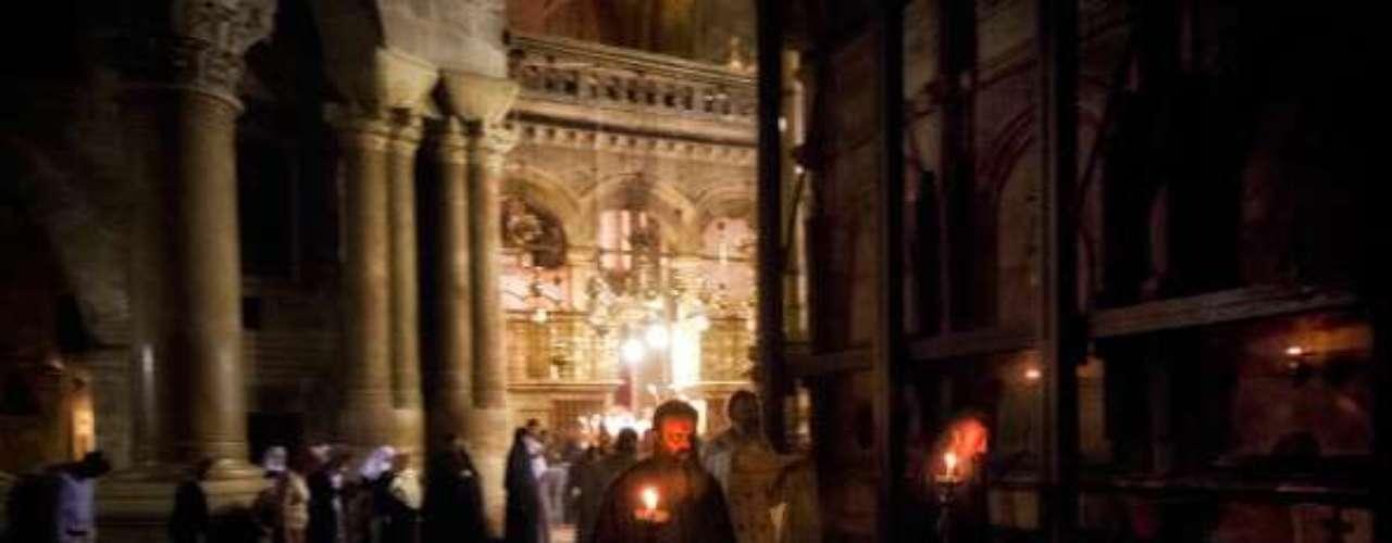 El Santo Sepulcro, también conocido como Basílica de la Resurrección, es uno de los centros de peregrinación cristiana más importantes del mundo desde el siglo IV, y fue construido por el emperador romano Constantino en el 326 sobre el lugar donde su madre, Elena, había encontrado el Calvario de Cristo.