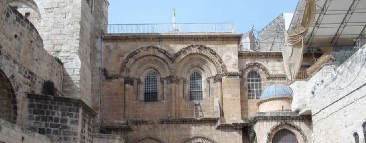 Cientos de peregrinos esperan para entrar en la iglesia del Santo Sepulcro de Jerusalén