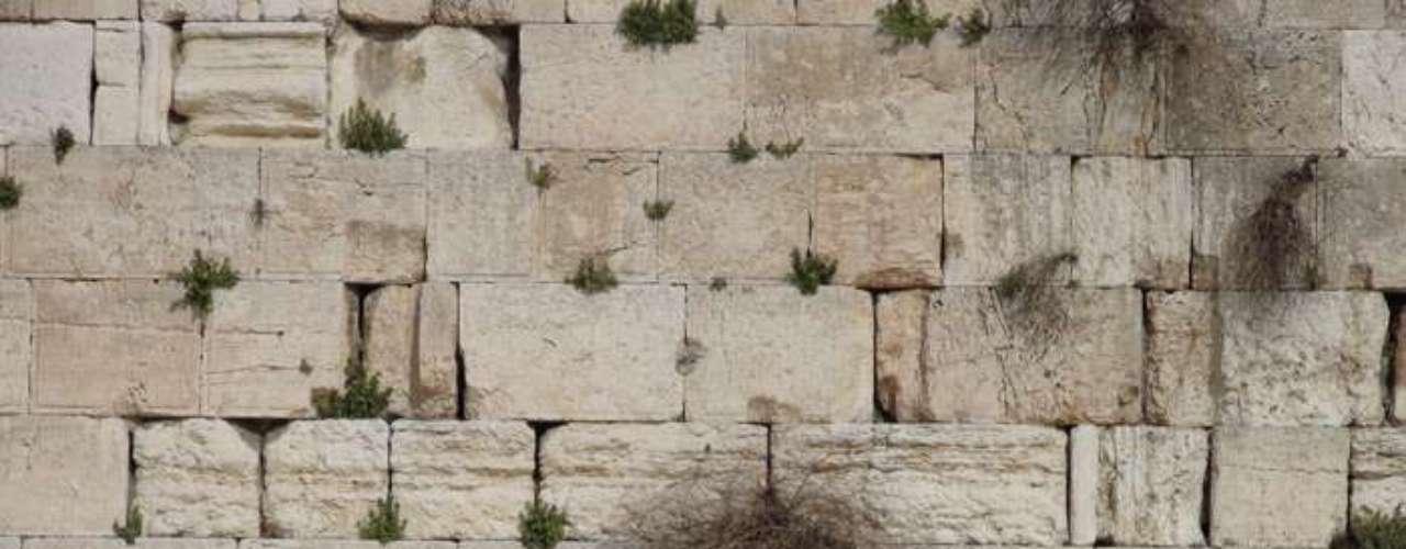 Unos hebreos rezando en el Muro de las Lamentaciones de la ciudad de Jerusalén, lugar santo para la religión judaica.