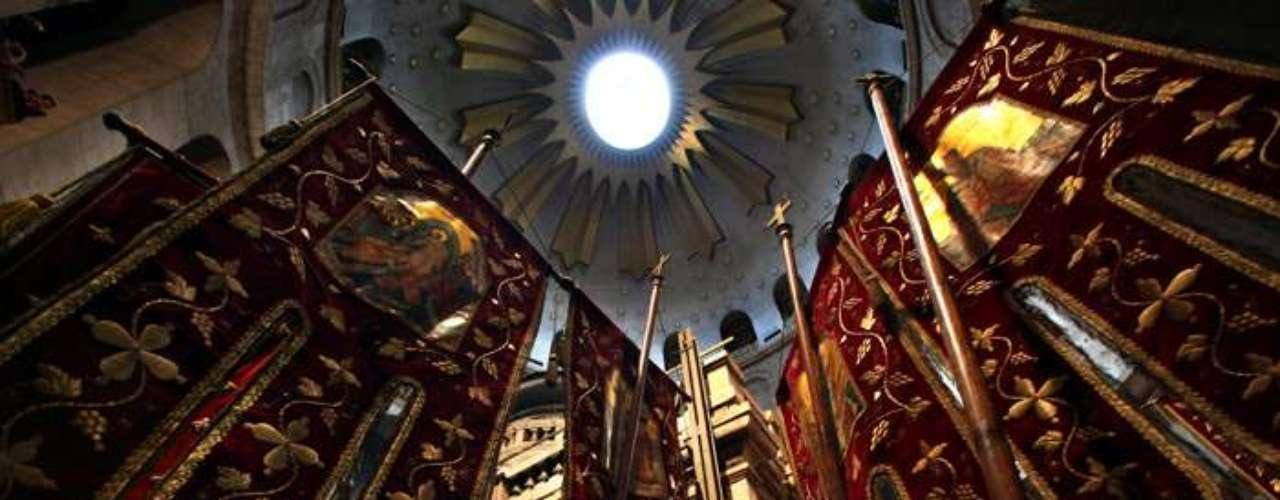 Pendones de los cristianos ortodoxos griegos permanecen en alto en la iglesia del Santo Sepulcro