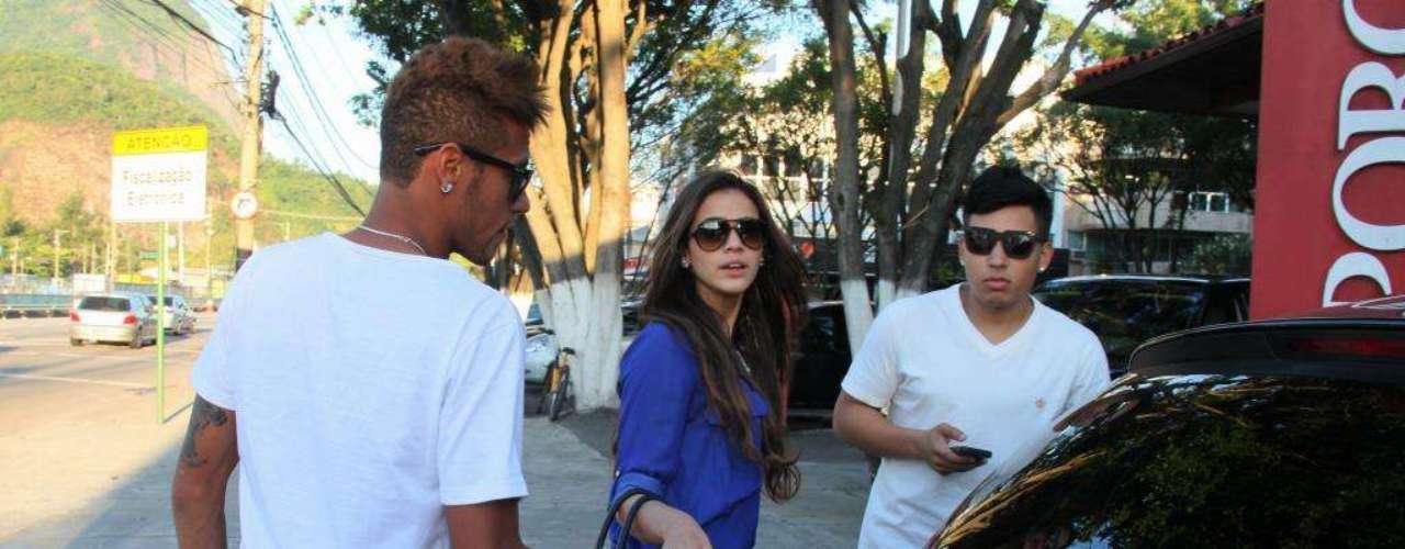 El 10 de marzo, Marquezine y Neymar fueron fotografiados en la entrada de un restaurante de Río de Janeiro.
