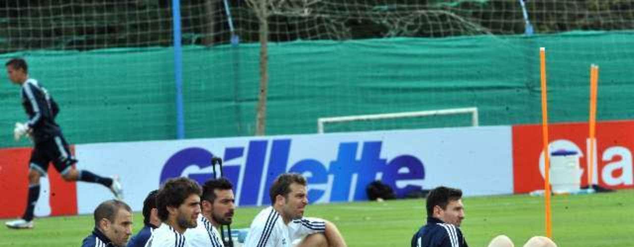 El plantel completo de la Selección Argentina se entrenó este martes en el predio de Ezeiza de cara al partido con Venezuela el próximo viernes, por la fecha 11 de las Eliminatorias rumbo al Mundial de Brasil 2014. Lionel Messi, quien arribó por la madrugada desde Barcelona, realizó tareas físicas livianas. Sergio Agüero, por su parte, se entrenó de manera apartada por su esguince en la rodilla derecha.