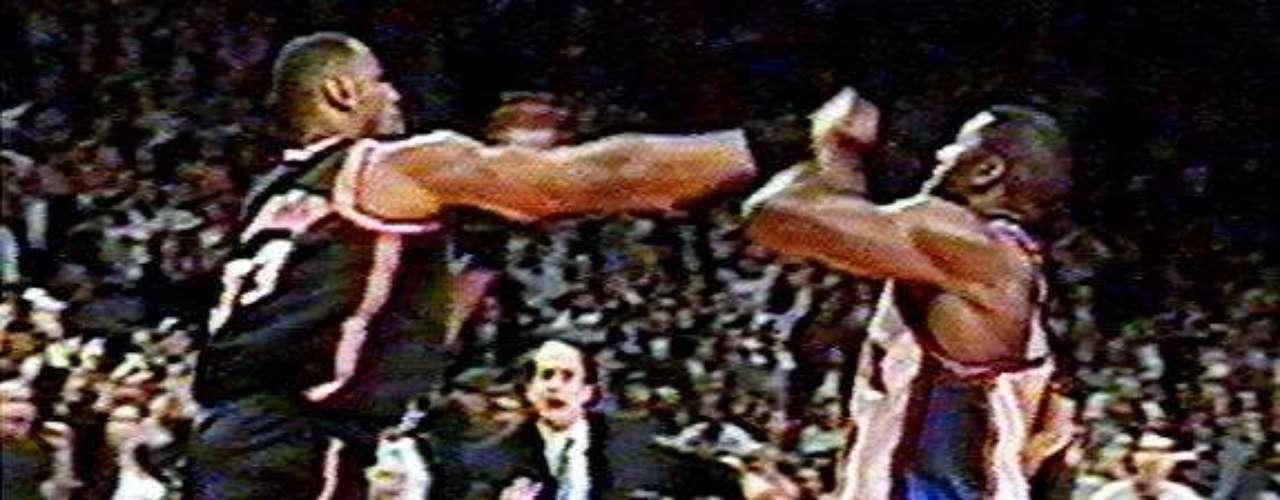 LJ y Zo: Esta pelea supuestamente comenzó cuando Alonzo Mourning fue compañero novato de Larry Johnson en los Hornets de Charlotte, cuando LJ se burlaba de él, mostrándole su chaqueta como novato del año de la NBA en 1992, diciendo: \