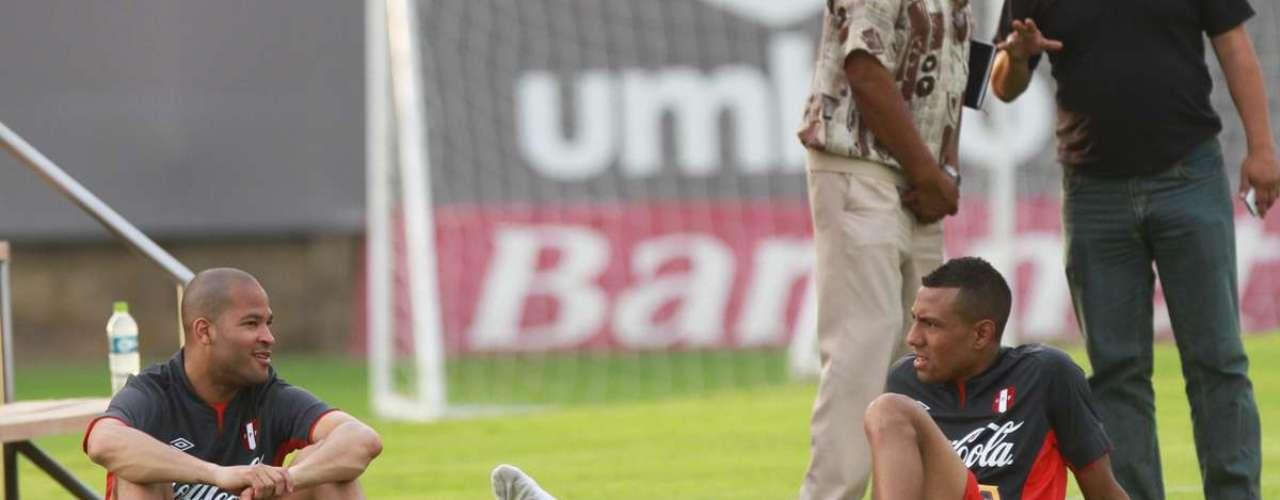 En el segundo día de entrenamiento de la selección nacional, Sergio Markarián aún no pudo contar con Juan Vargas y Carlos Zambrano por lesión. Sin embargo, el capitán Claudio Pizarro sí practicó con normalidad y tuvo contacto con la joven figura del último seleccionado sub 20, Yordy Reyna. El Bombardero señaló que es un chico que está haciendo goles y muy veloz, por lo que cree que tendrá oportunidad de jugar este viernes. Por su parte, el Mago tuvo minutos de diálogo con el jugador de Alianza Lima separado de otros seleccionados. Aquí las imágenes.