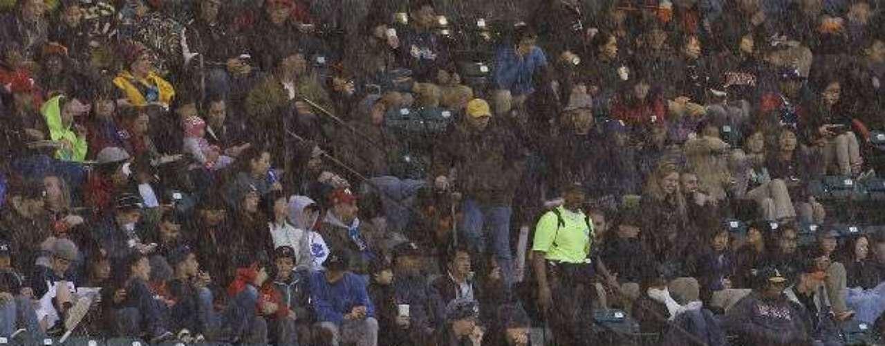 Una ligera lluvia cayó en el AT&T Park de San Francisco, sin que afectara el juego.