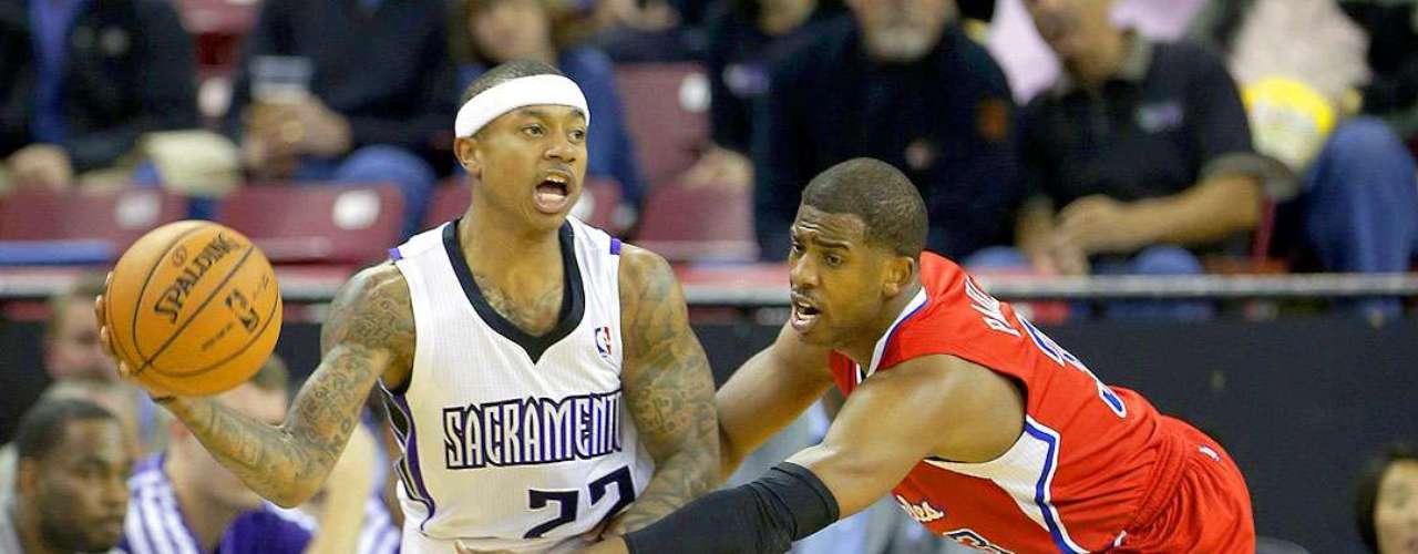 Clippers vs. Kings:Isaiah Thomas intenta pasar el balón ante la marca deChris Paul.