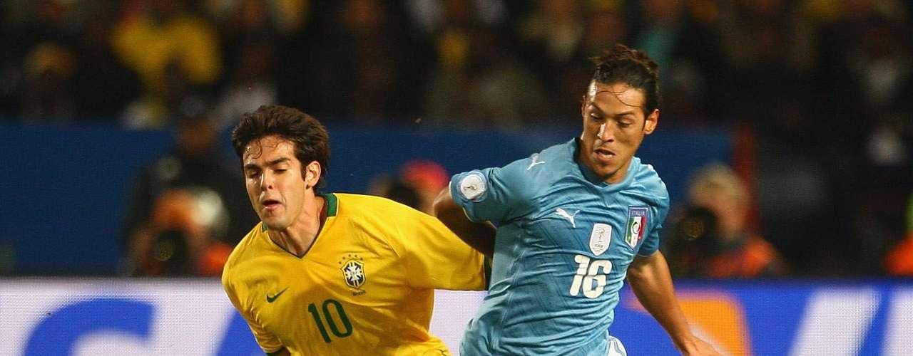 Brasil domina la serie sobre Italia con siete triunfos, cinco derrotas y dos empates, aunque uno de ellos fue el de la final de 1994.En el último enfrentamiento la 'verdeamarela' venció 3-0 a la'azurra', en la Copa Confedaraciones 2009, con doblete de Luis Fabiano y autogol de Andrea Dossena.