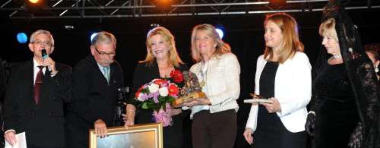 Carmen recibió el premio de manos de la propia alcaldesa de Marbella, Ángeles Muñoz, quien se mostró encantada con los nombres de los premiados.
