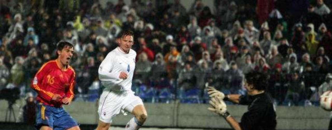 Anotó su primer gol con España ante Eslovaquia en 2005.