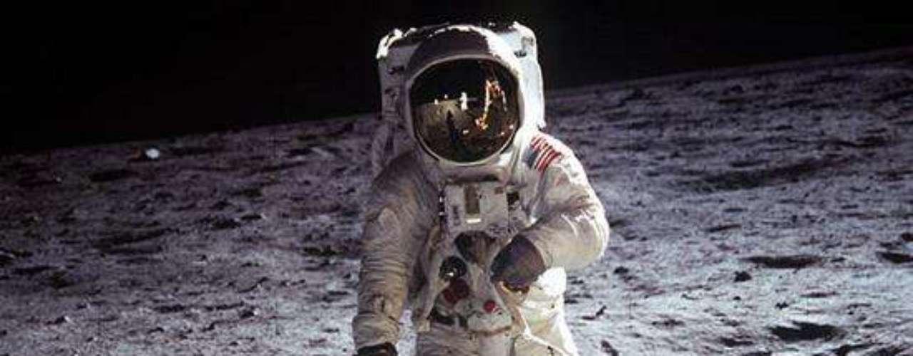 Buzz Aldrin camina cerca del módulo lunar durante una actividad extravehicular del Apolo 11.