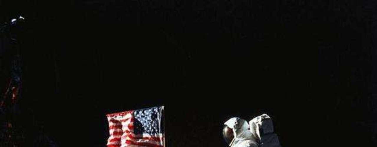 Aldrin y la bandera estadounidense.
