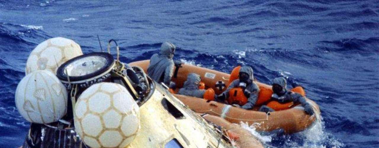 El 24 de Julio de 1969, los astronautas tras caer sobre el Océano Pacífico.