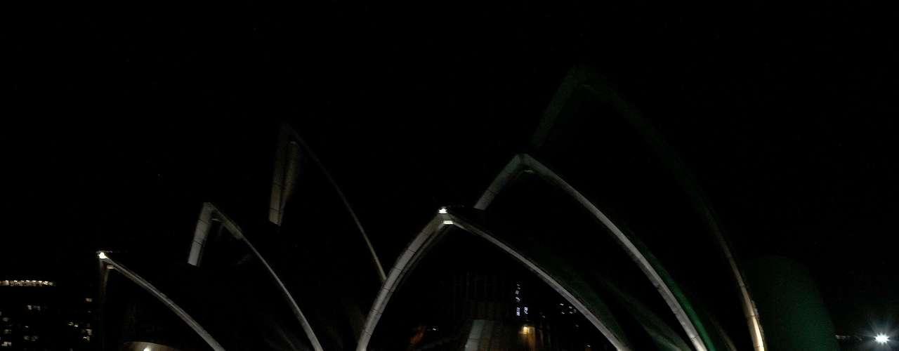La ciudad de Sidney apagó sus luces a las 09H30 GMT en medio de una salva de aplausos de una pequeña multitud que se reunió para admirar el sombrío horizonte y el halo verde que rodeaba a la ópera de Sidney, como símbolo de las energías renovables.