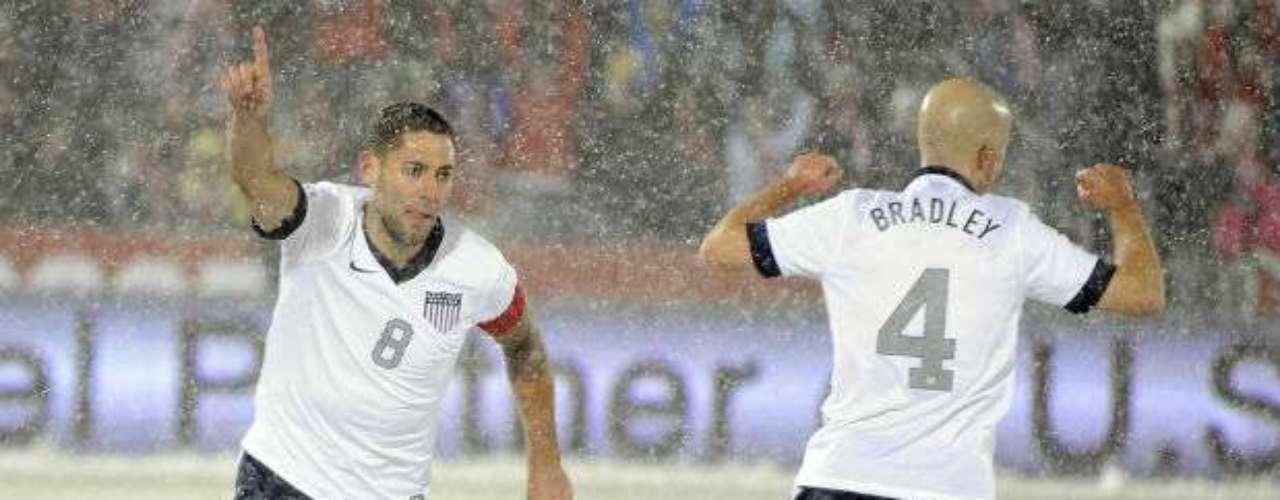 Fue hasta el minuto 16 cuando Clint Dempsey marcó el primer tanto para Estados Unidos, que supo controlar de buena forma los embates de los costarricenses.