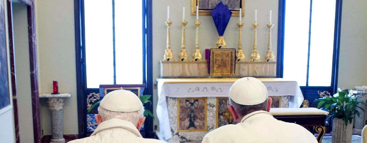 Los dos líderes religiosos rezaron en la capilla del palacio apostólico y entrando al recinto Benedicto XVI le ofreció el trono de honor para orar a Francisco, quien prefirió que se arrodillaran juntos en la misma banca.