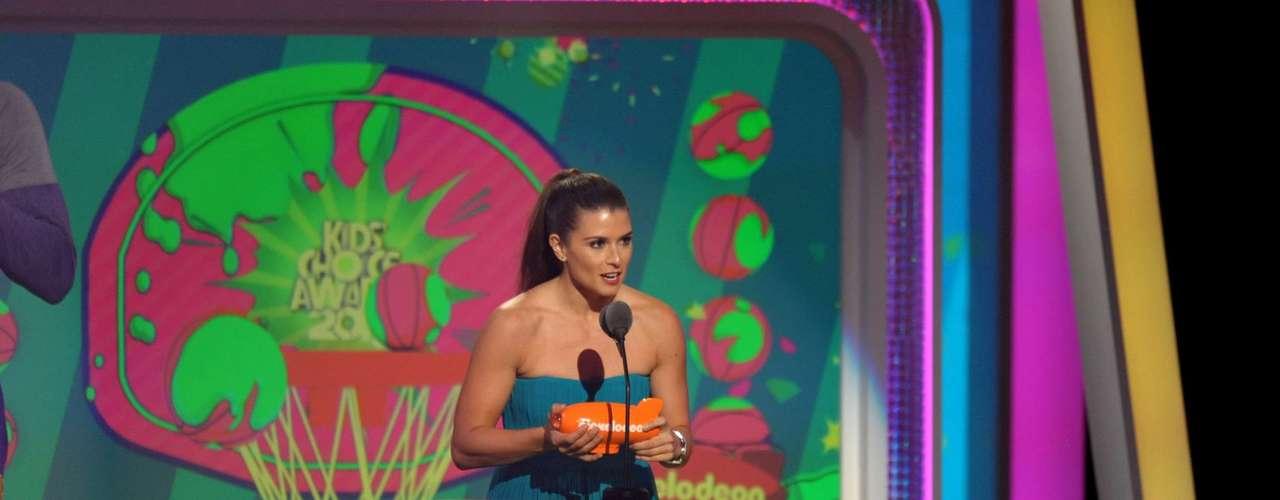 Danika Patrick acepta su premio en los Kids' Choice Awards