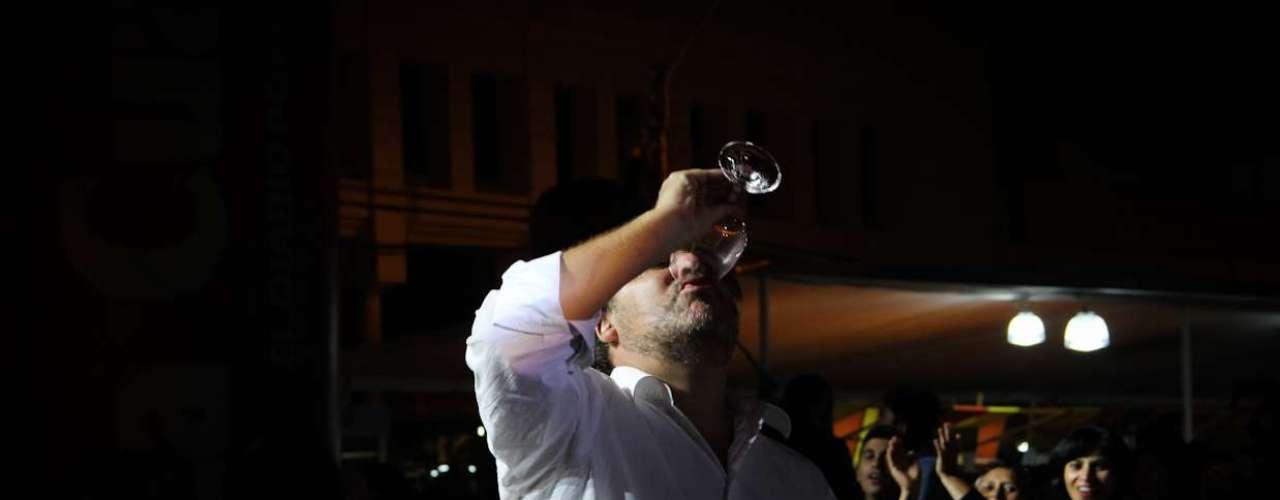 Durante la última noche del festival de la vendimia de Curicó, diversos rostros disfrutaron de las degustaciones y luego bailaron desaforadamente, fue el caso de Paulina Rojas y en particular de Jorge López, el creador de \