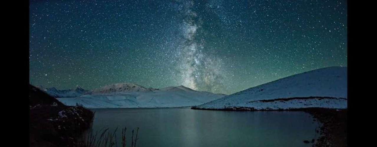 """""""Árbol estrellado"""", de Elmar Akhmetov, ganó en la sección de luz baja en la categoría abierta de los premios de fotografía Sony World. Las instantáneas ganadoras fueron seleccionadas de entre casi 55.000 fotos enviadas por fotógrafos aficionados de todo el mundo."""
