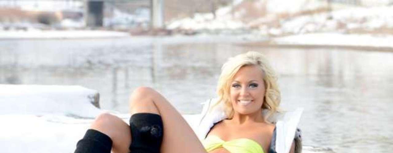 Varias de las bailarinas de los Nuggets de Denver, demostraron no temerle al frío y en plena nieve modelaron sexis bikinis para el deleite de los aficionados a la NBA.