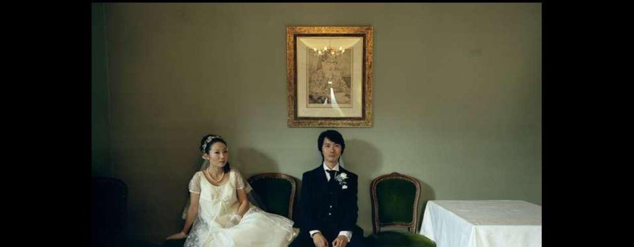 Un retrato de una pareja feliz en una boda en Japón, tomado por Hisatomi Tadahiko, ganó en la sección de gente.