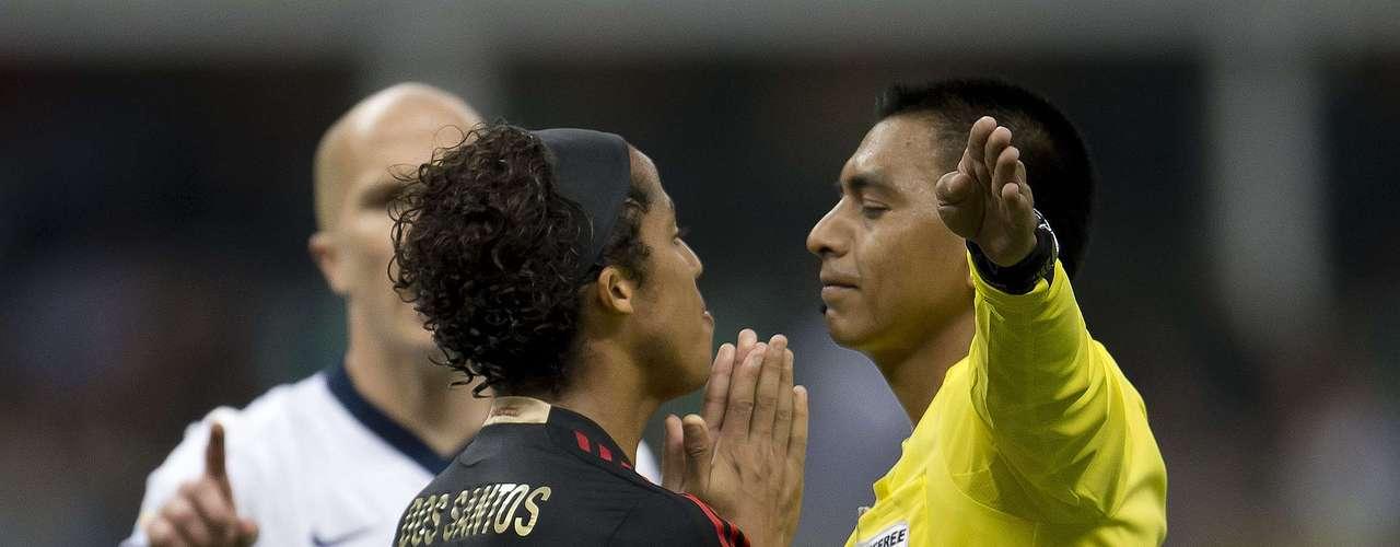 Otro que siguió los pasos de 'Chicharito' fue Giovani Dos Santos, quien también tuvo quejas para el árbitro Walter López.