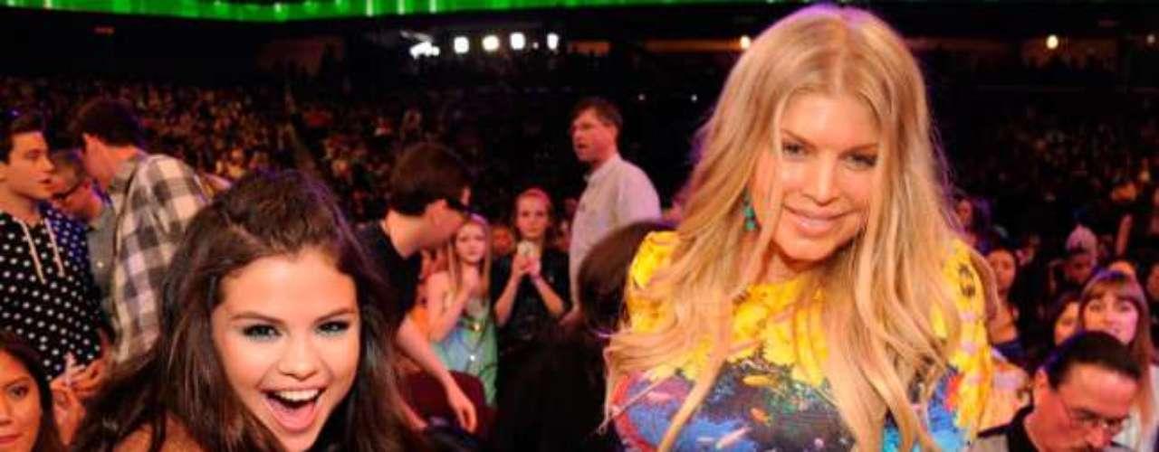 Selena Gómez, acaricia la barriguita de Fergie mientras posa para la foto en los Kids Choice Awards 2013.